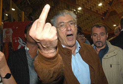 Risultati immagini per politico che compie il gesto del vaffanculo col braccio